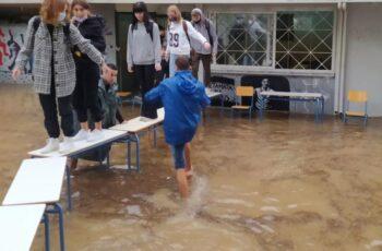 Μαθητές βγήκαν από το σχολείο πατώντας σε θρανία: «Θλιβερή εικόνα, φταίει η γραφειοκρατία» λέει ο Βούρος